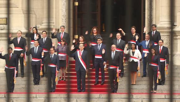 La foto protocolar frente a Palacio de Gobierno con Walter Martos como primer ministro, 14 ministros ratificados y 4 nuevos. (Foto: Alessandro Currarino / GEC)