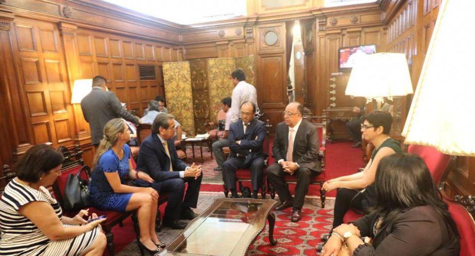 La comisión presidida por Fernando Tuesta mantuvo reuniones de trabajo con el Apra y la Bancada Liberal. (Foto: Twitter / Luciana León)