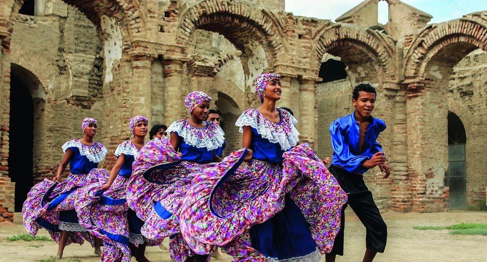 """Bailes de las tres regiones del país se despliegan en el libro """"Fiestas y Danzas del Perú"""" editado por el BCP. Forma parte de su histórica colección """"Artes y Tesoros del Perú"""". En la imagen: Landó en el antiguo pueblo de Zaña."""