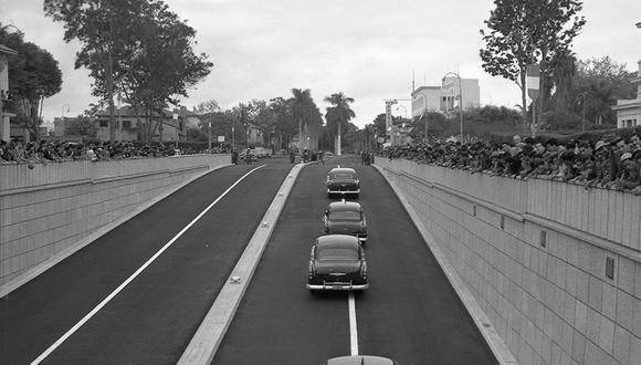 Comitiva oficial con el presidente Manuel A. Odría pasando por primera vez por el by-pass de la avenida Arequipa con Javier Prado, en San Isidro. Fue en la mañana del 21 de julio de 1955. (Foto: GEC Archivo Histórico)