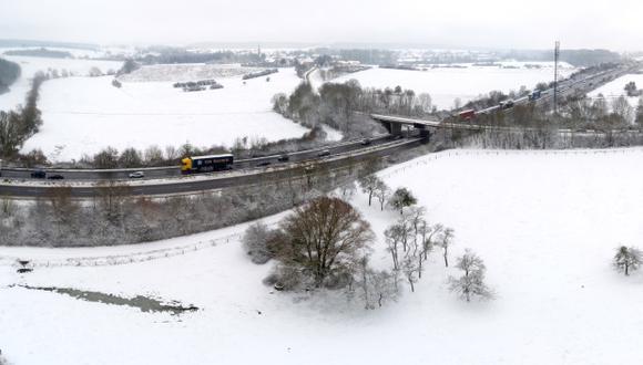 Esta vista aérea muestra los automóviles que circulan por la autopista y una carretera secundaria cerca de la frontera entre Francia y Luxemburgo después de la nevada. (Foto: AFP)
