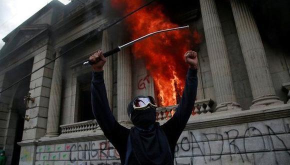 El sábado, numerosos manifestantes irrumpieron en el Congreso de Guatemala y le prendieron fuego. (AFP).