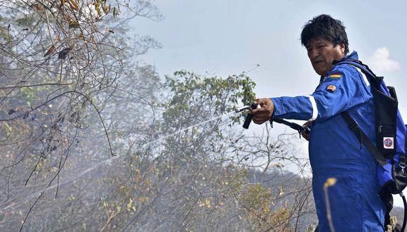 Evo Morales participa en el combate de uno de los incendios forestales que afecta a Bolivia. (AP).