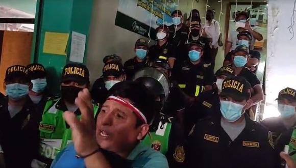 Un contingente de 50 policías resguarda el local de la Municipalidad Provincial de Satipo para evitar actos violentos | Foto: captura video / Radio La Ruta