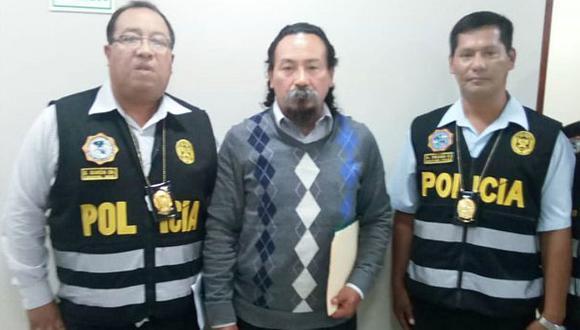 Jonás Ataucusi Molina con dos policías durante la diligencia realizada ayer.
