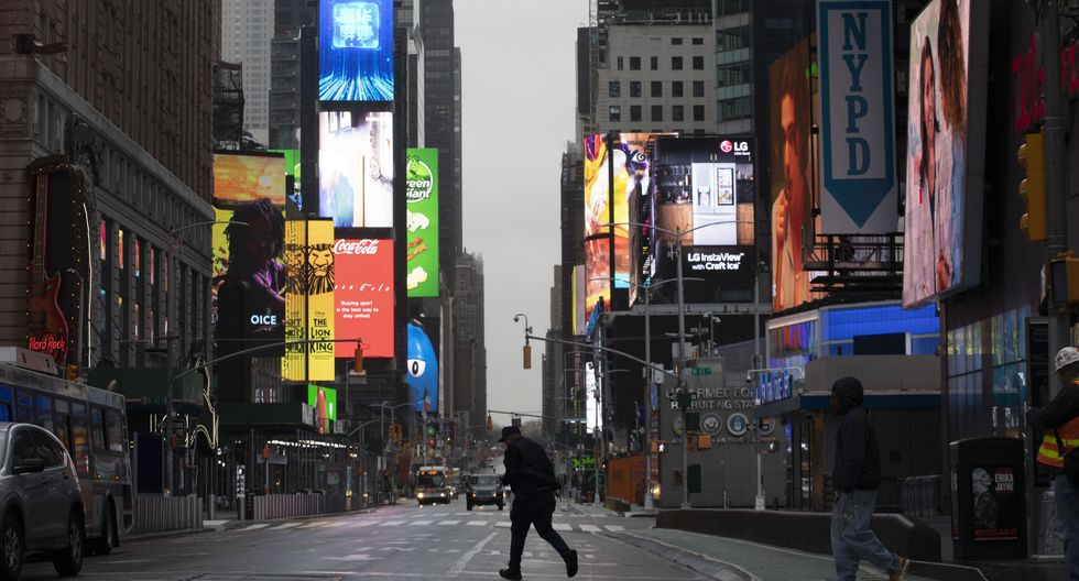 Un hombre camina por un Times Square casi vacío. El gobernador de Nueva York ha ordenado a la mayoría de los ciudadanos que se queden en casa. (Foto AP / Mark Lennihan).