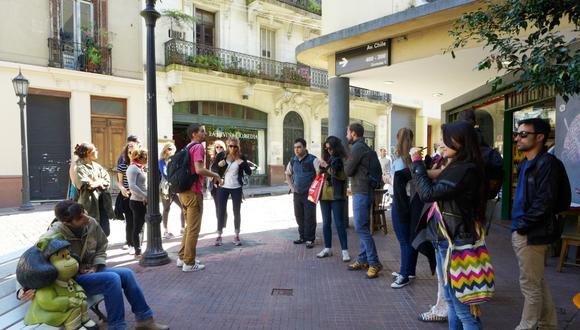 Parada obligada. La escultura en honor a Mafalda se ubica en el barrio bonaerense de San Telmo. Cientos llegan hasta allí a diario para tomarse una foto con la heroína de la tira cómica. Hoy pueden verse también ahí imágenes de Manolito y Susanita. (Foto: Gabriela Machuca Castillo)