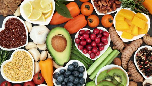 Coloca un cesto de frutas en medio de tu mesa, que sean de varios colores; si antes buscabas entre tiempos no saludables ahora los reemplazarás por alimentos naturales y sanos. (Foto: Shutterstock)