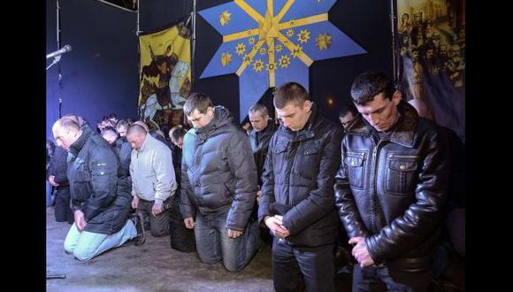 Ucrania: Cien policías antimotines se arrodillan y piden perdón