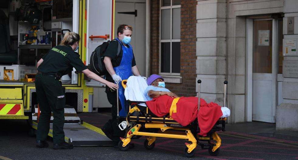 El personal de ambulancia lleva a un paciente de coronavirus al hospital Kings College en Londres, Reino Unido. Las pandemia ha matado a más de 12.000 personas en geriátricos de Inglaterra y Gales. (EFE/EPA/ANDY RAIN).