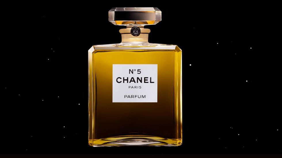 Chanel N5. El primer perfume creado por Coco Chanel en 1921 continúa siendo de los más buscados hasta el día de hoy. Según el medio, se vende una botella cada 30 segundos. (Foto: Captura de pantalla web Chanel)