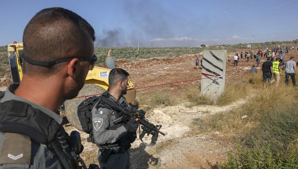 Militares de Israel vigilan la marcha de los colonos israelíes el 21 de junio de 2021 cerca de la aldea palestina de Beita, al sur de Naplusa en la Cisjordania ocupada. (Foto: AHMAD GHARABLI / AFP)