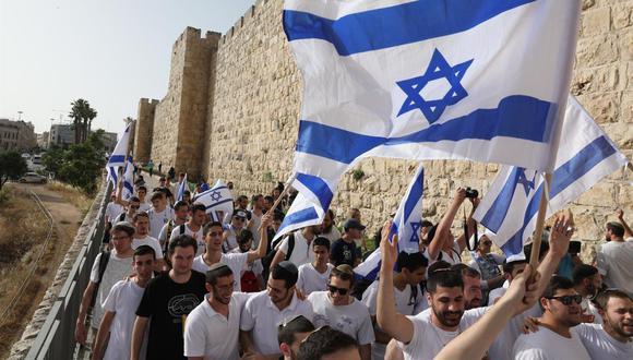 Los israelíes marchan con banderas nacionales celebrando el Día de Jerusalén. (EFE / EPA / ABIR SULTAN).