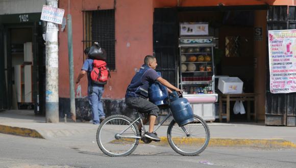 Un trabajador reparte balones de gas en una imagen de febrero de este año. (Foto: Alonso Chero/El Comercio).