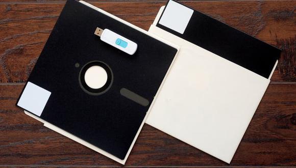 Disquetes de 8 pulgadas junto a una memoria USB. (Foto referencial: Shuttersttock)