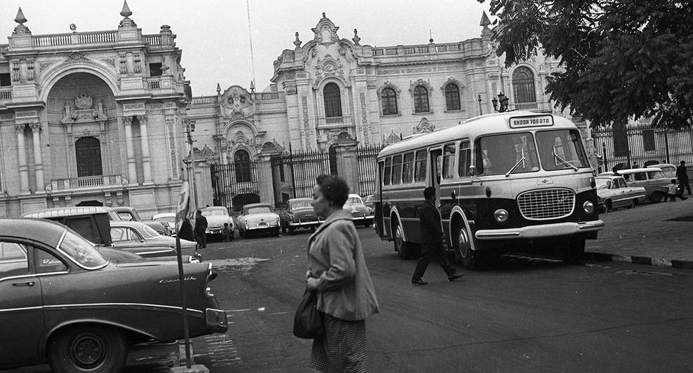 LIMA, 03 DE JUNIO DE 1964RECORRIDO POR LAS CALLES DEL CENTRO DE LIMA. COLAS DE PASAJEROS Y OMNIBUS EN LA PLAZA MAYOR.FOTO:  EL COMERCIO