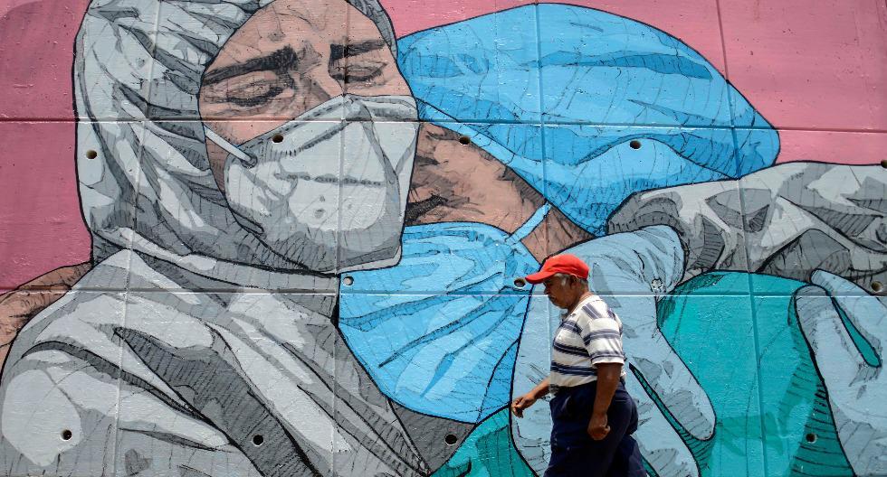 Dos médicos y su lucha contra el coronavirus en una calle de Acapulco, en México. (Foto: Francisco Robles / AFP)