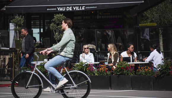 La gente se sienta en un restaurante en Estocolmo, Suecia, el 8 de mayo de 2020, en medio de la pandemia del coronavirus COVID-19. (Jonathan NACKSTRAND / AFP).