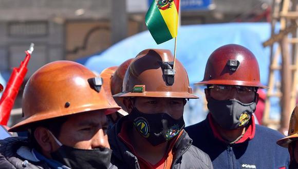 Un grupo de mineros durante el bloqueo de una carretera que comunica el altiplano con la ciudad de La Paz, este miércoles en El Alto. Bolivia vivió el octavo día desde que se instalaron bloqueos de caminos en protesta contra la fecha de las elecciones, aplazadas a octubre, mientras los acuerdos y consensos con los sectores movilizados todavía se hacen esperar. (EFE/Stringer).