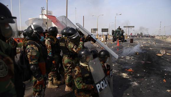 Cerca de 500 efectivos policiales de la Dirección de Operaciones Especiales (Diroes) llegaron ayer a Ica para desbloquear la Panamericana Sur y permitir el normal tránsito de los buses y camiones que quedaron varados. (Foto : Hugo Curotto / GEC)