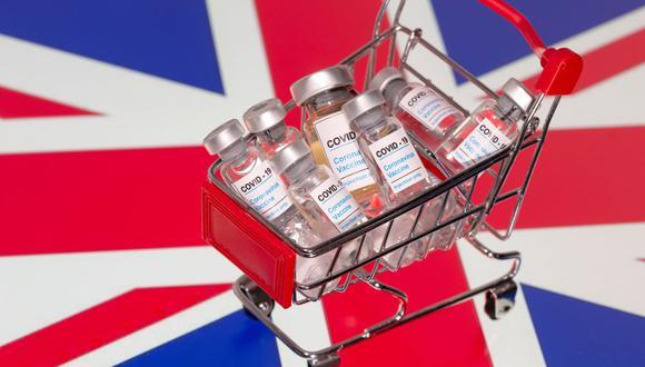 """Una pequeña cesta de compras llena de viales con la etiqueta """"COVID-19 es colocada en una bandera del Reino Unido en esta ilustración tomada el 29 de noviembre de 2020. (REUTERS / Dado Ruvic / Ilustración)."""