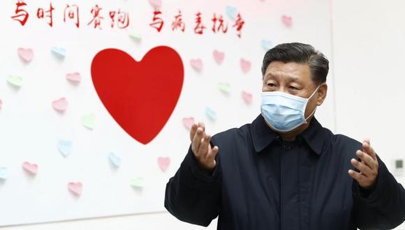 """Esta foto del último 10 de febrero muestra al presidente chino Xi Jinping cerca de un letrero en forma de corazón que tiene escrito el lema """"Carrera contra el tiempo, lucha contra el coronavirus"""" durante una inspección del centro para el control y prevención de enfermedades de Chaoyang, en Beijing. (Foto: AP)"""