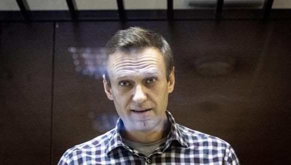 El líder de la oposición rusa Alexei Navalny mira a los fotógrafos en el Tribunal de Distrito de Babuskinsky en Moscú, Rusia, el sábado 20 de febrero de 2021. (AP/Alexander Zemlianichenko).