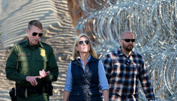 En esta foto del 2018 se puede ver a Rodney Scott, de uniforme, recorre la frontera con México junto a la entonces secretaria de Seguridad Interna, Kirstjen M. Nielsen. Desde febrero de 2020, Scott lideró la Oficina de Aduanas y Protección Fronteriza de EE.UU. (Foto: Sanndy Huffaker / Archivo AFP)