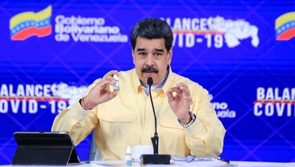 Imagen del presidente de Venezuela, Nicolás Maduro, hablando mientras muestra un frasco de Carvativir, durante un mensaje televisado en el Palacio Presidencial de Miraflores en Caracas el 24 de enero de 2021.  (Foto: JHONN ZERPA / AFP)