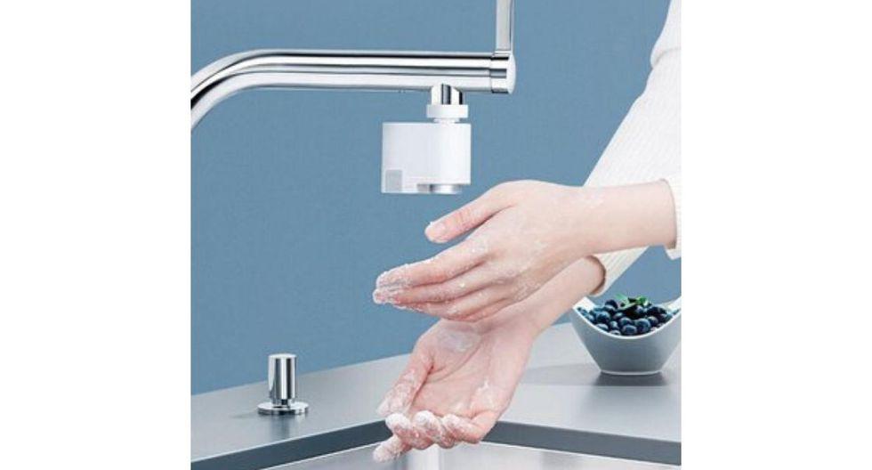 Grifo inteligente con ahorro de  agua: Tiene la capacidad de dispensar  agua solo cuando se activan los sensores de proximidad. Además, se recarga  una sola vez cada seis meses vía USB, con lo cual estarás ahorrando agua,  dinero y también estarás colaborando con el cuidado del planeta.  (Foto: Linio)