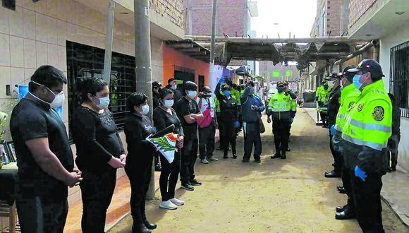 Un contingente policial acompañó al féretro, desde la salida del hospital San José de Chincha.