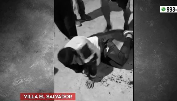 Grupo de vecinos de Villa El Salvador golpearon a delincuente que intentó robar cartera a una de las residentes del lugar. (Captura: América Noticias)