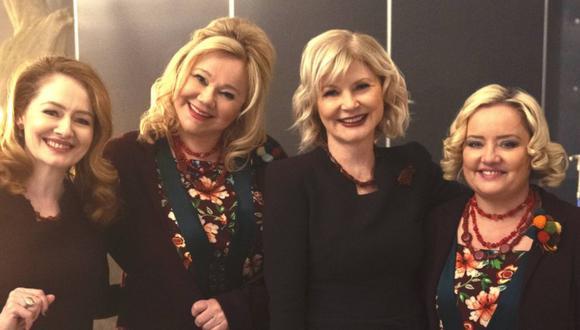 """Caroline Rhea y Beth Broderick, las tías Hilda y Zelda originales, junto con sus versiones de """"El mundo oculto de Sabrina"""", Lucy Davis y Miranda Otto (Foto: Netflix)"""