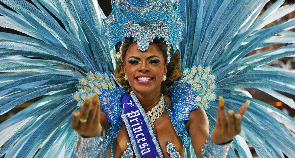 Los desfiles del carnaval de Río de Janeiro arrancaron este domingo con todo su esplendor, pese a la supresión de subvenciones de una fiesta que para el evangélico alcalde de la ciudad huele a azufre, y con una fuerte coloración de crítica política y social. (Foto: AFP)