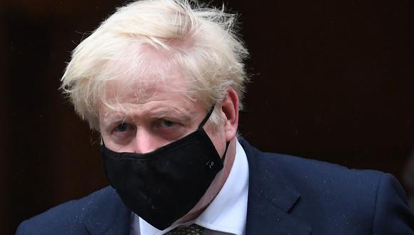 El primer ministro británico Boris Johnson utilizando una mascarillas para protegerse del COVID-19.  (Foto: Daniel LEAL-OLIVAS / AFP).