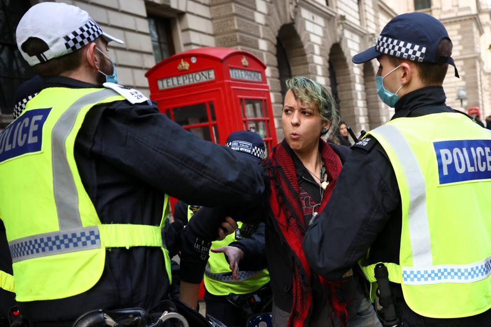 Agentes de policía detienen a un manifestante anticonfinamiento durante una protesta en medio del brote del coronavirus en Londres, Reino Unido. (REUTERS/Henry Nicholls).