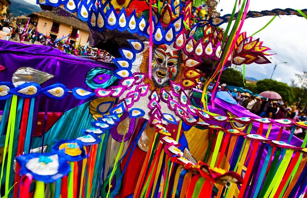 Existe gran variedad de bailes en el carnaval. Según las costumbres y tradiciones de cada pueblo, se hacen diferentes presentaciones de danza.