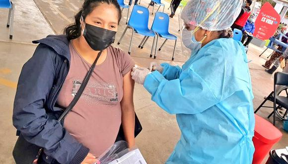 La vacunación a las mujeres embarazadas con 28 semanas de gestación comenzó el sábado 12 de junio en los diferentes puntos de inmunización de Lima y Callao | Foto: Minsa