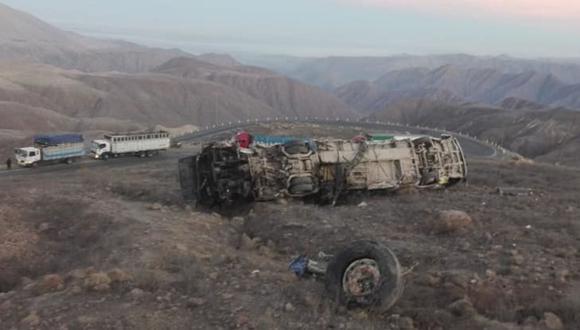 Así quedó el bus tras despistarse y volcarse en el que 17 pasajeros perdieron la vida. (Foto: Nasca Informa/Facebook)