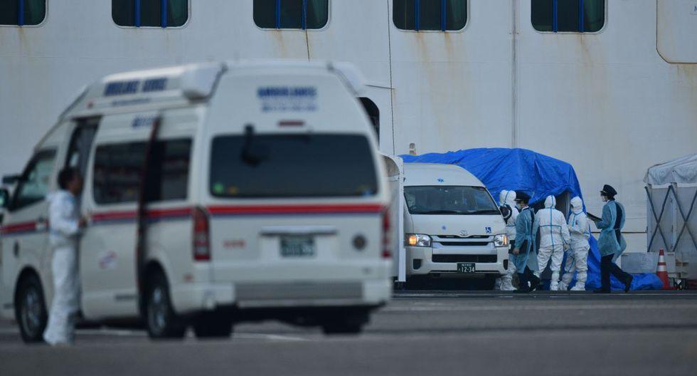 Oficiales y personal médico vestidos con equipos de protección son vistos en el trabajo cerca del barco de cruceros Diamond Princess, en cuarentena en la Terminal de Cruceros Daikoku Pier en Yokohama. (AFP)