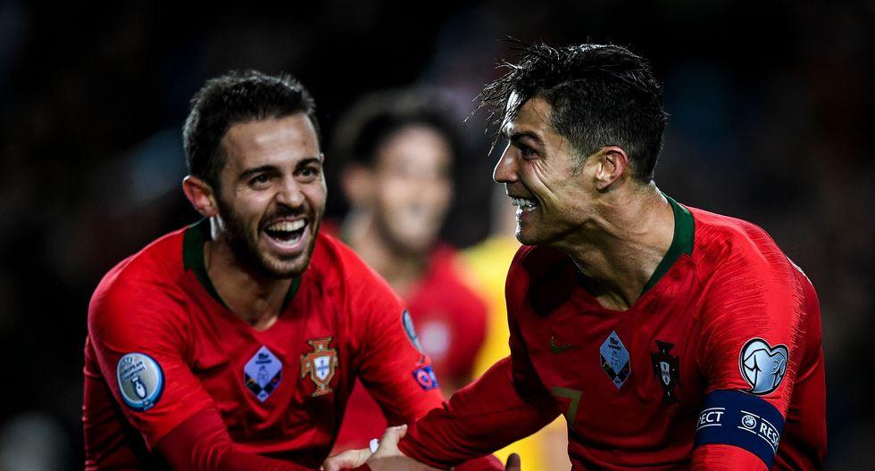 Cristiano Ronaldo celebra con Bernardo Silva en el triunfo de Portugal ante Lituania rumbo a la Euro 2020. (Foto: AFP / PATRICIA DE MELO MOREIRA)