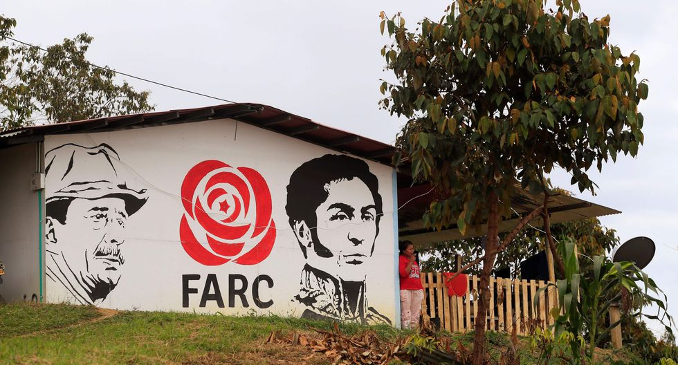 Un mural que representa al líder de las FARC Simon Trinidad, quipen está en una prisión de Estados Unidos, y el héroe de la independencia colombiana, Simón Bolívar, en una zona de reincorporación de ex guerrilleros en Icononzo, Provincia de Tolima. (AFP / DANIEL MUÑOZ).
