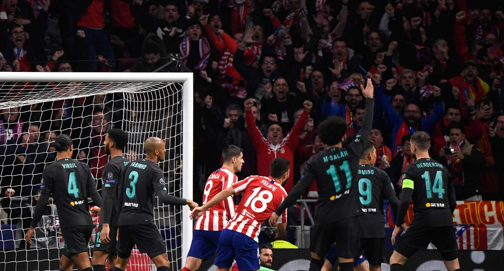 Atletico Madrid's Brazilian defender Felipe (C) and Atletico Madrid's Spanish forward Alvaro Morata (L) celebrate after Atletico Madrid's Spanish midfielder Saul Niguez scored during the UEFA Champions League, round of 16, first leg football match between Club Atletico de Madrid and Liverpool FC at the Wanda Metropolitano stadium in Madrid on February 18, 2020. / AFP / PIERRE-PHILIPPE MARCOU