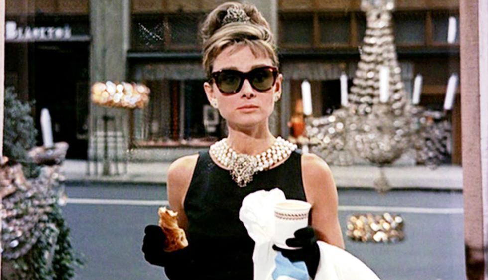 Hubert de Givenchy y Audrey Hepburn colaboraron mutuamente en distintas ocasiones. Aquí, un repaso por algunos de los vestidos más icónicos que el diseñador creó para la diva del cine. (Foto: AFP)