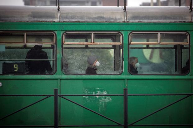 In the midst of the corona virus infection, masked travelers travel by tram in Belgrade on October 11, 2021.  (OLIVER BUNIC / AFP).