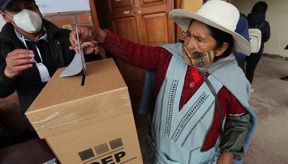Una mujer aimara emite su voto en un recinto de la ciudad de El Alto (Bolivia). (EFE/Martin Alipaz).