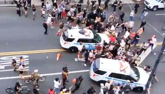 El momento en el que dos camionetas de la policía de Nueva York atropella a manifestantes durante protestas por el asesinato de George Floyd. (Captura de video).