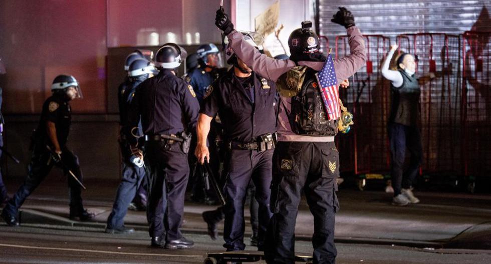 La policía de Nueva York arresta a las personas después del toque de queda durante las protestas por la muerte de George Floyd, en Nueva York. (Foto: EFE / EPA / ALBA VIGARAY).