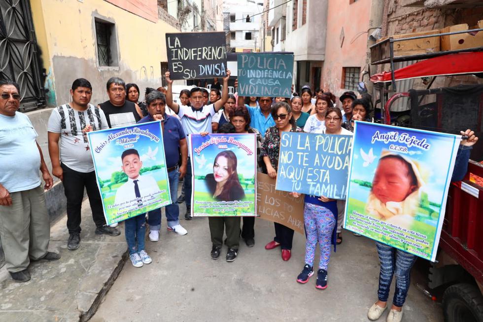 Familiares de Jesica Tejeda y vecinos de El Agustino despidieron a la mujer, víctima de feminicidio, y a tres de sus cuatros hijos. Todos fueron asesinados la madrugada del domingo 22 de diciembre (Foto: Alessandro Currarino).