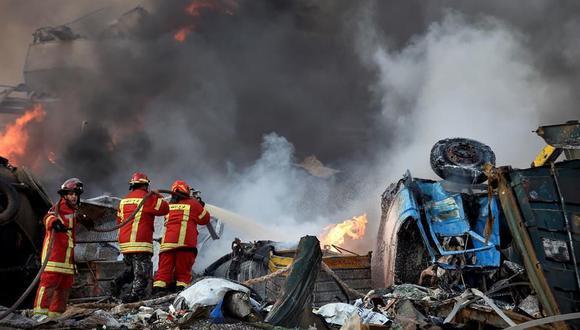 Los bomberos luchan contra un incendio tras la enorme explosión en Beirut, la capital del Líbano. (EFE/EPA/WAEL HAMZEH).